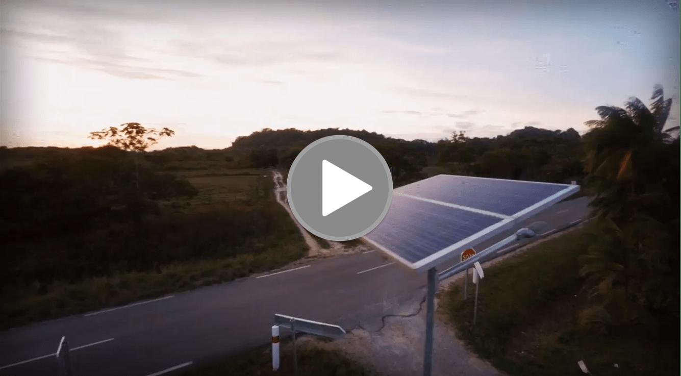 il y a un un lampadaire solaire installé au bord d'une route