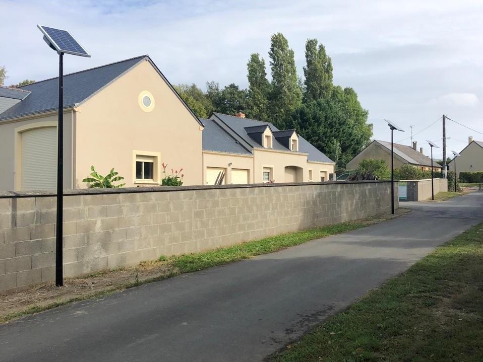 chemin d'un lotissement situé dans la commune de cheviré le rouge à Baugé en Anjou éclairé par des lampadaires solaires Solamaz pour l'éclairage public